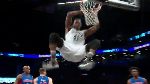 Robinson Throws Down Dunk