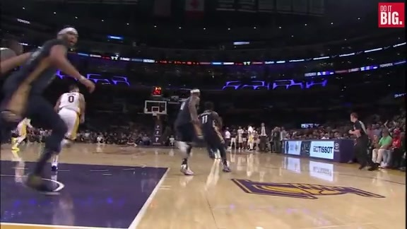 Anthony Davis blocks Lonzo Ball