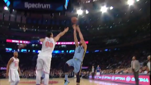 Gasol goes to work on the block