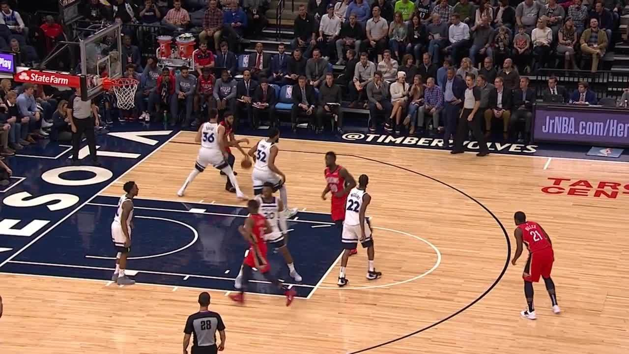 Julius Randle gets the putback layup to fall